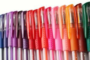 kleurrijke gelpennen in een horizontale rij gelegd foto