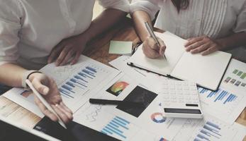 twee zakenvrouwen werken samen om te brainstormen over hoe het bedrijf kan groeien en plannen te maken om de financiën van het bedrijf in overeenstemming met het plan te beheren. financieel begrip. foto