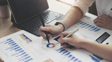 investerings- en samenwerkingsconcept, zakelijke financiële inspecteur die analyseert over prestatiegegevens tijdens kantoorvergaderingen. foto