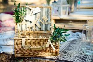 boho-stijl feestdecor in het bos. feestdecoratie voor een vrijgezellenfeest. foto