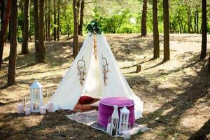 prachtige locatie met een decor in het bos in de stijl van boho. foto