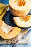 plakjes rijpe meloen in kom foto