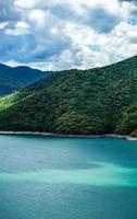 beroemd zhinvali-reservoir in de bergen van de Kaukasus in Georgië foto