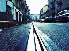 lege straat met tramsporen foto