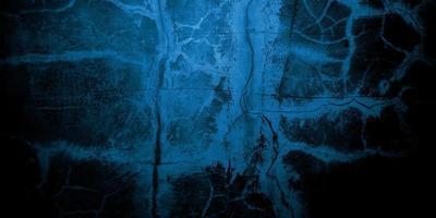 enge donkerblauwe gebarsten muur voor achtergrond foto