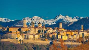 de stad bergamo met hoog achter de witte bergen van sneeuw foto