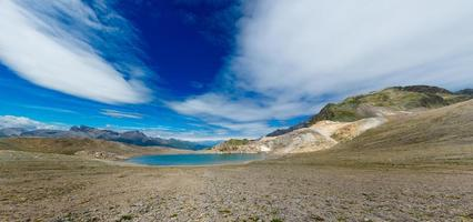 panorama van nlue meer van hoge bergen foto