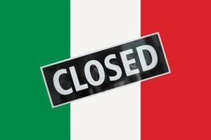 italiaanse vlag van italië met gesloten teken foto