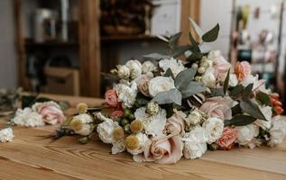 mooi bloemstuk op houten tafel foto