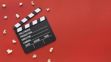 bioscoopelementen op rode achtergrond met kopieerruimte foto