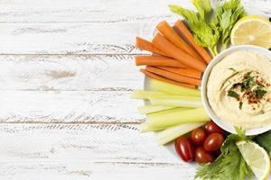 bord hummus assortiment groenten met foto