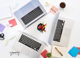 kantoor desktop laptops foto