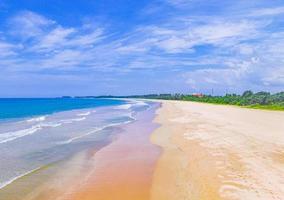 prachtig kleurrijk zonsonderganglandschap panorama van het strand van Bentota, sri lanka foto