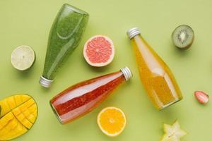 kleurrijke sapflessen fruitplakken foto