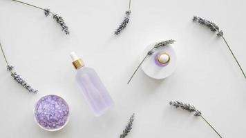 bovenaanzicht lavendel huidverzorgingsproducten foto