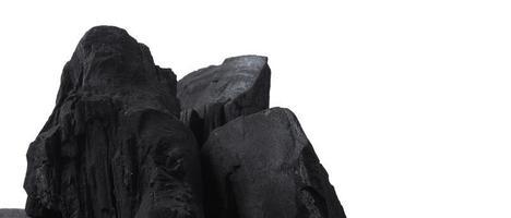 houtskool. zwarte houtskool op zwarte getextureerde vloer. gebruikt om te koken foto
