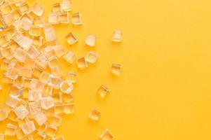 ijsblokjes, koud op een gele achtergrond foto