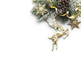 kerstcompositie met herten, sneeuwvlokken en dennentakken. foto