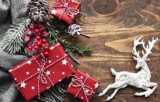 kerst plat lag achtergrond met dennenboom en decoraties foto