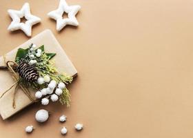 geschenkdoos verpakt in ambachtelijk papier foto