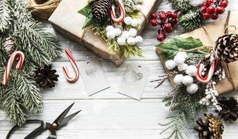 kerst- of wintersamenstelling. frame gemaakt van decoraties op witte houten achtergrond. foto