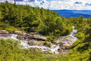 stromend water van een kleine mooie watervalrivier, vang, noorwegen foto