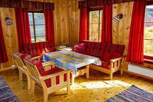 cottage vakantie interieurdecoratie. houten woonkamer in noorwegen foto