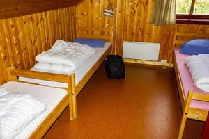 cottage vakantie interieurdecoratie. slaapkamer met bedden in noorwegen foto