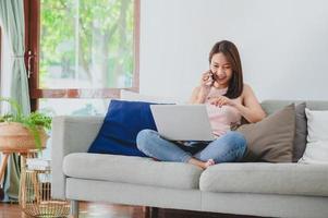 vrouw thuis werken foto