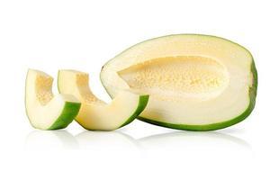 groene papaya zonder zaden geïsoleerd met uitknippad op witte achtergrond. vegetarisch eten. foto