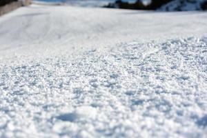 sneeuw op de skipiste in zonnige dag foto