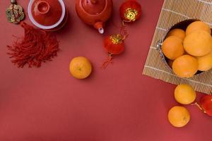 traditionele chinese nieuwjaar feestelijke chinese theeceremonie met mandarijn oranje rode decoratie achtergrond foto