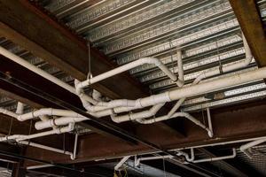 afvalwaterafvoer is vereist voordat een ruwe inspectie van het sanitair wordt uitgevoerd op nieuwbouw. foto
