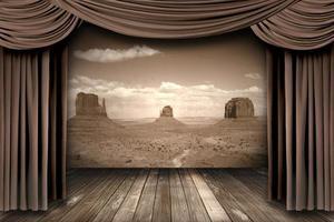toneelgordijnen ophangen met een woestijnachtergrond foto