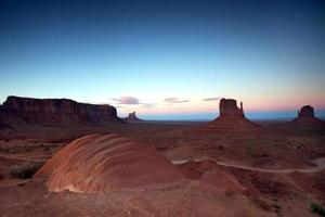 Monument Valley Buttes na zonsondergang foto