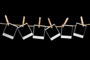 polaroids die op zwarte achtergrond hangen foto
