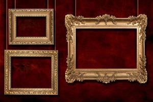gouden lijsten die aan draadpalen hangen foto