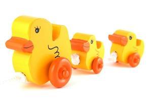 gele eend handgemaakt speelgoed op een rij foto