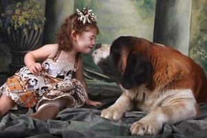 schattig kind en haar Sint-bernard-puppyhond foto