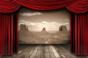 rode theatergordijngordijnen met woestijnbergachtergrond foto