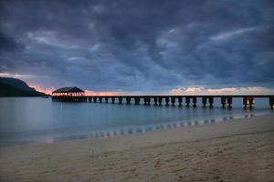 serene pier in Hawaï bij zonsondergang foto