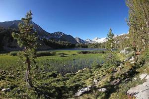 oostelijke sierras in het hart van het meer foto
