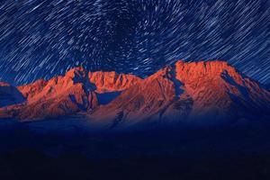 nachtblootstelling stersporen van de hemel in bisschop californië foto