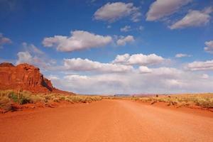 open weg in de woestijnvlakte foto