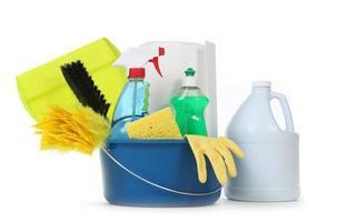 blanco huishoudelijke schoonmaakmiddelen in een emmer foto