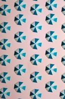 patroon van blauwe paraplu's op een pastelroze achtergrond, minimalisme, design en digitale bronnen, achtergrond met kopieerruimte foto
