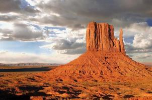 monument valley buttes met wolken foto