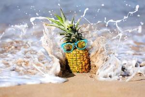 hilarische ananas met persoonlijkheid in de oceaan in Maui foto