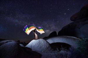 creatief licht schilderen met kleurenbuisverlichting met landschappen foto
