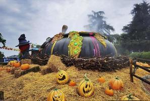 Halloween-pompoenen gehuld in horror met horrorsfeer, met ogen en mond gesneden in de oranje pompoen foto